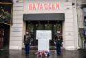 Deux officiers se tiennent à côté de la plaque commémorative dévoilée au Bataclan.