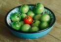 Un saladier de tomates vertes (image d'illustration)