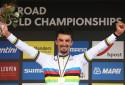 Julian Alaphilippe fêtant sa deuxième victoire sur les championnats du Monde