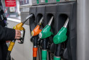 Un automobiliste à la pompe à essence (illustration).
