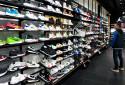 Un rayon de Sneakers dans un magasin (image d'illustration).
