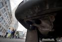 Le pot d'échappement d'un véhicule commercial Volkswagen
