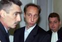 Roland Moog (C) arrive en compagnie de son avocat Eric Braun (D), le 27 novembre 2001 dans la salle d'audience du tribunal de Strasbourg où il comparaît pour le meurtre en 1995 de son amie Carole Prin, enceinte de neuf mois.