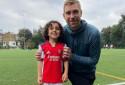 Zayn Ali Salman le 4 septembre 2021 avec Per Mertesacker, ancien joueur d'Arsenal et responsable de l'académie des Gunners