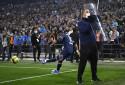 Neymar protégé par un membre de la sécurité pour frapper un corner le 24 octobre 2021 au stade Vélodrome