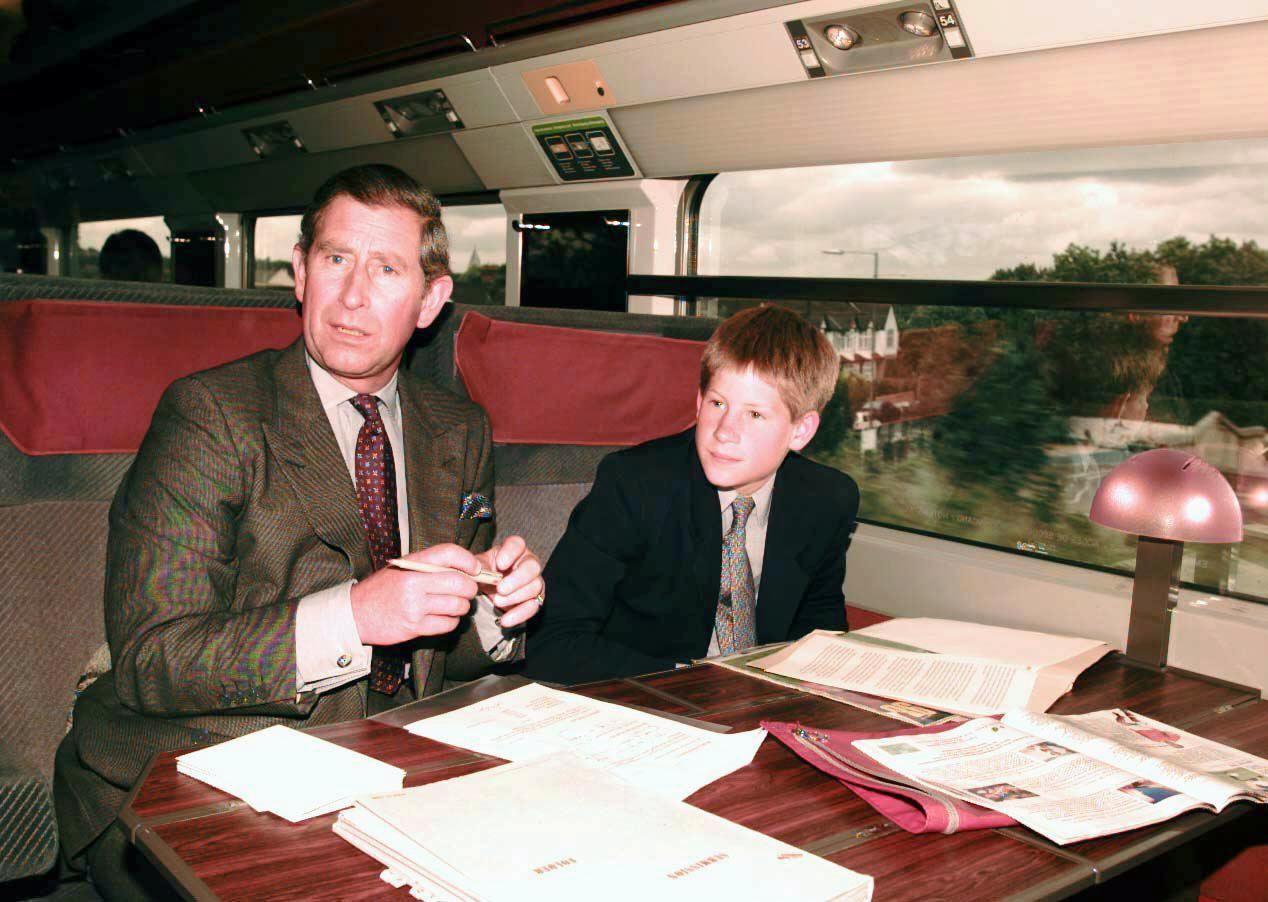 1082283 le prince charles et son fils harry en 1998 - Eurostar at 25