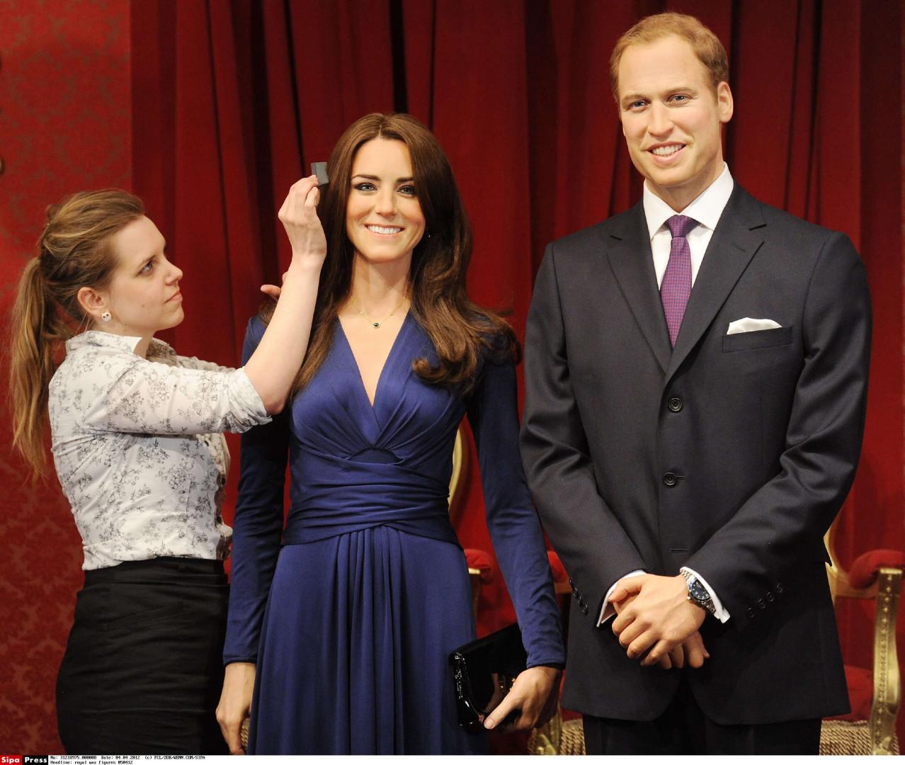 Le couple royal est immortalisé en statues de cire, ici le 4 avril 2012