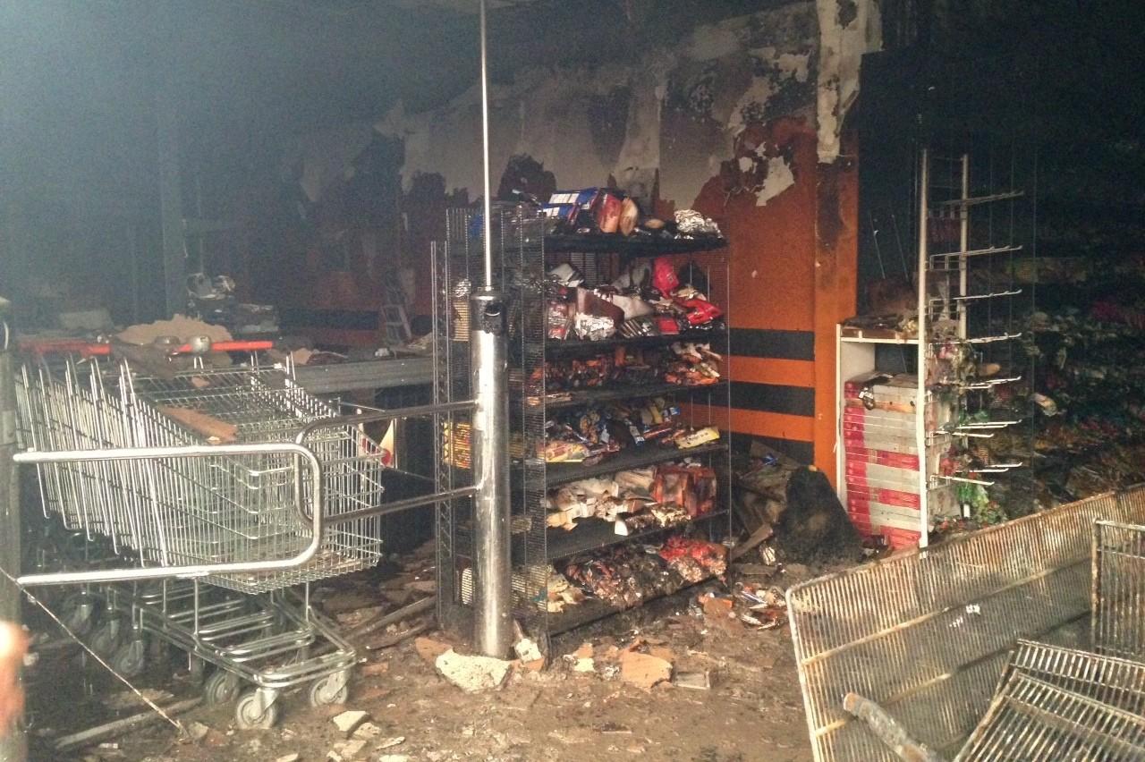 Un magasin d'alimentation a été incendié, à Sarcelles, samedi 20 juillet 2014.