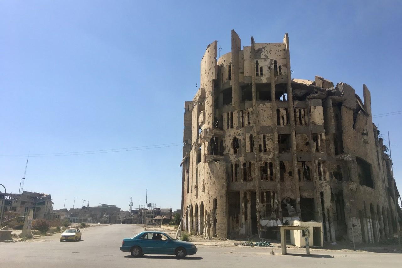 Ici, en plein cœur de la vieille ville, les jihadistes tuaient les hommes accusés d'être homosexuels en les poussant du haut de cet immeuble.