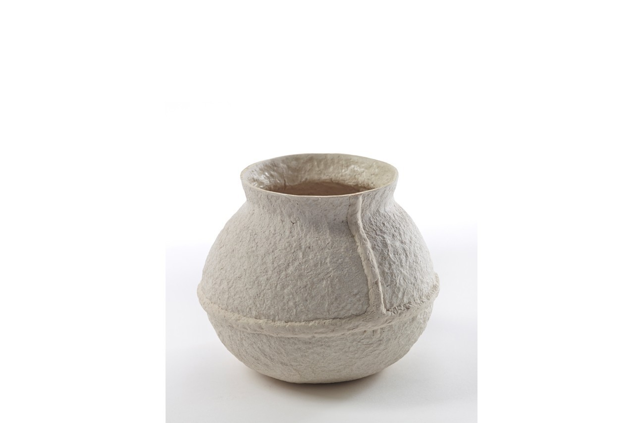 Original, ce vase n'est pas réalisé en verre mais en papier mâché. Vase en papier mâché blanc, Serax, 17 €