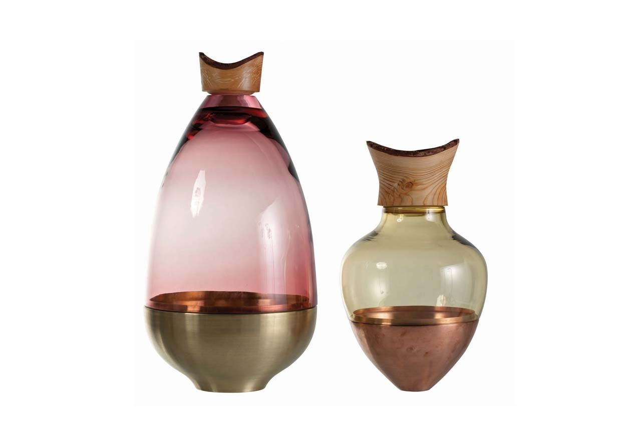 Ces vases ont leur base en cuivre ou laiton et leur bouche en bouchon en mélèze. Vase SV10 + India, Roche Bobois, 1 390 € et 740 €