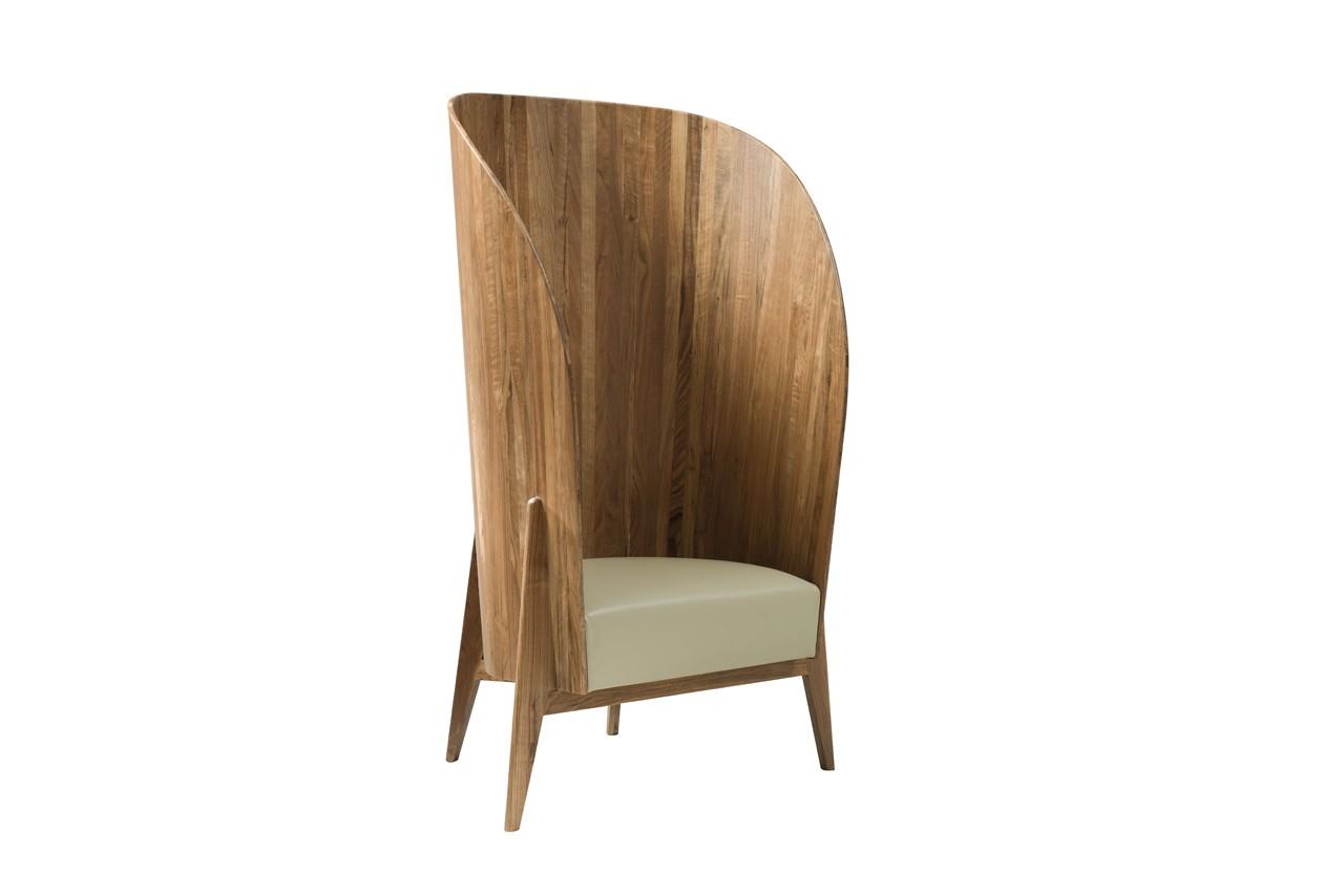 En bois de noyer et cuir lisse, ce fauteuil créé la surprise avec son dossier XXL. Fauteuil seconde nature, Now's Home, 2  130 €