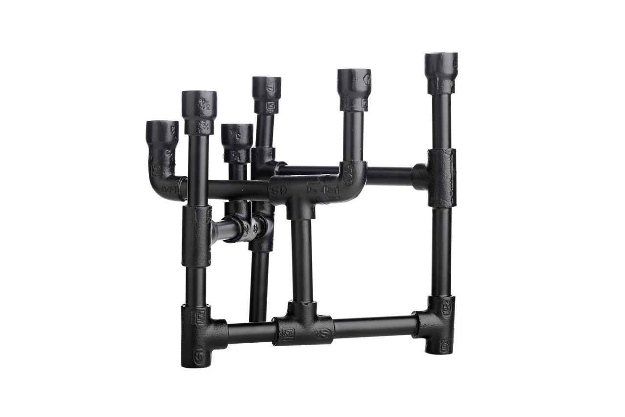 En acier noir, ce chandelier casse les codes classiques et se revisite ses 6 branches façon tuyauteries. Chandelier, Bo Concept, 119 €