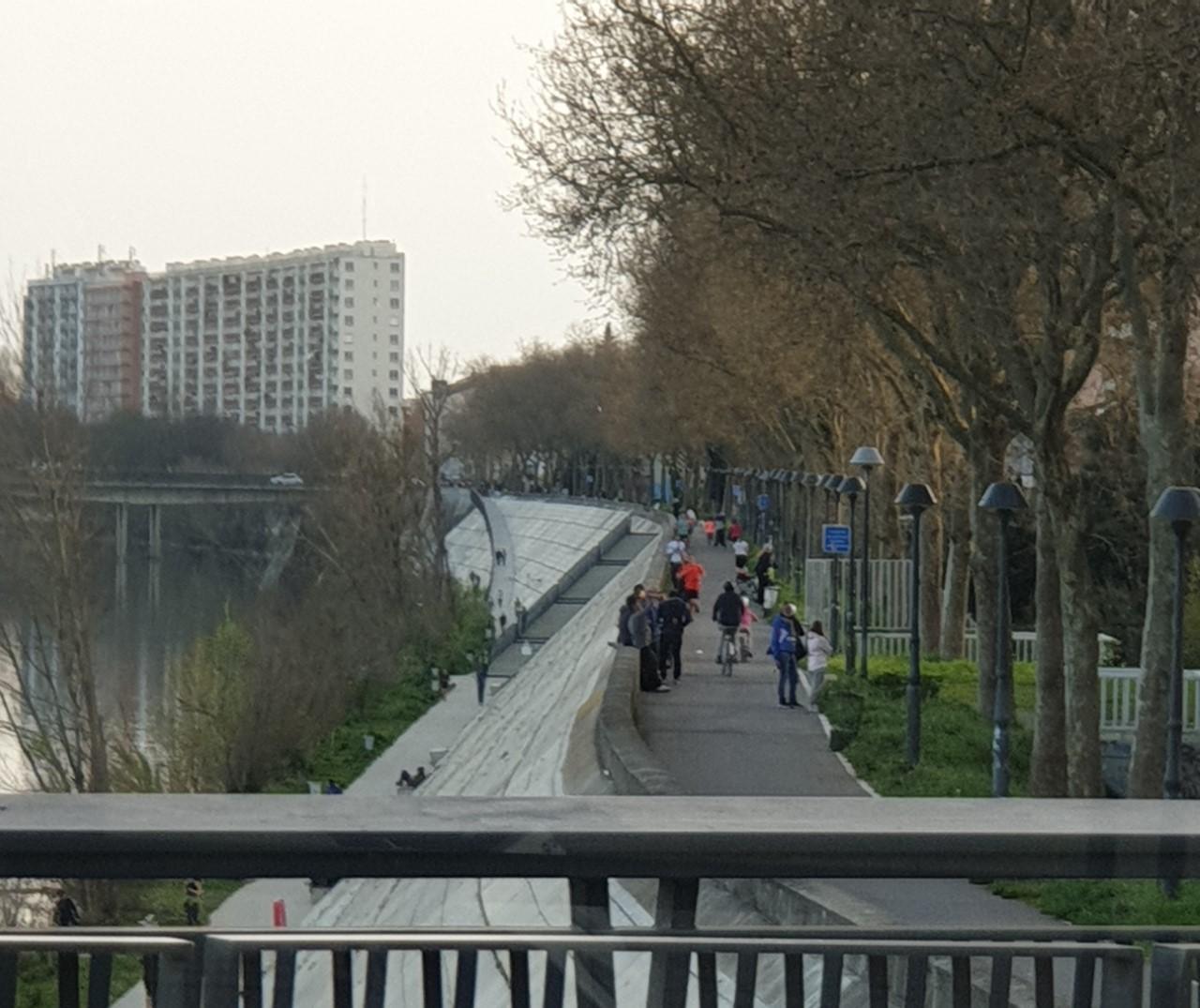 Les quais de Toulouse au deuxième jour du confinement, encore beaucoup de riverains qui ne respectent pas le confinement
