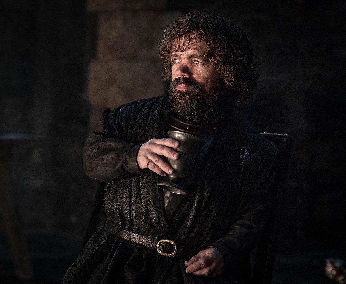 Le banquet continu avec Tyrion tenant (encore et toujours) un verre de vin