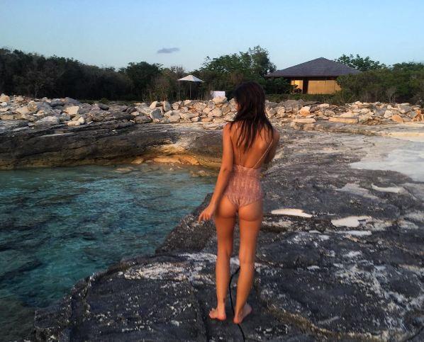 Emily Ratajkowski face à la mer