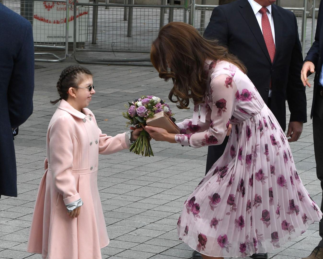 Cette petite a offert un bouquet à la duchesse