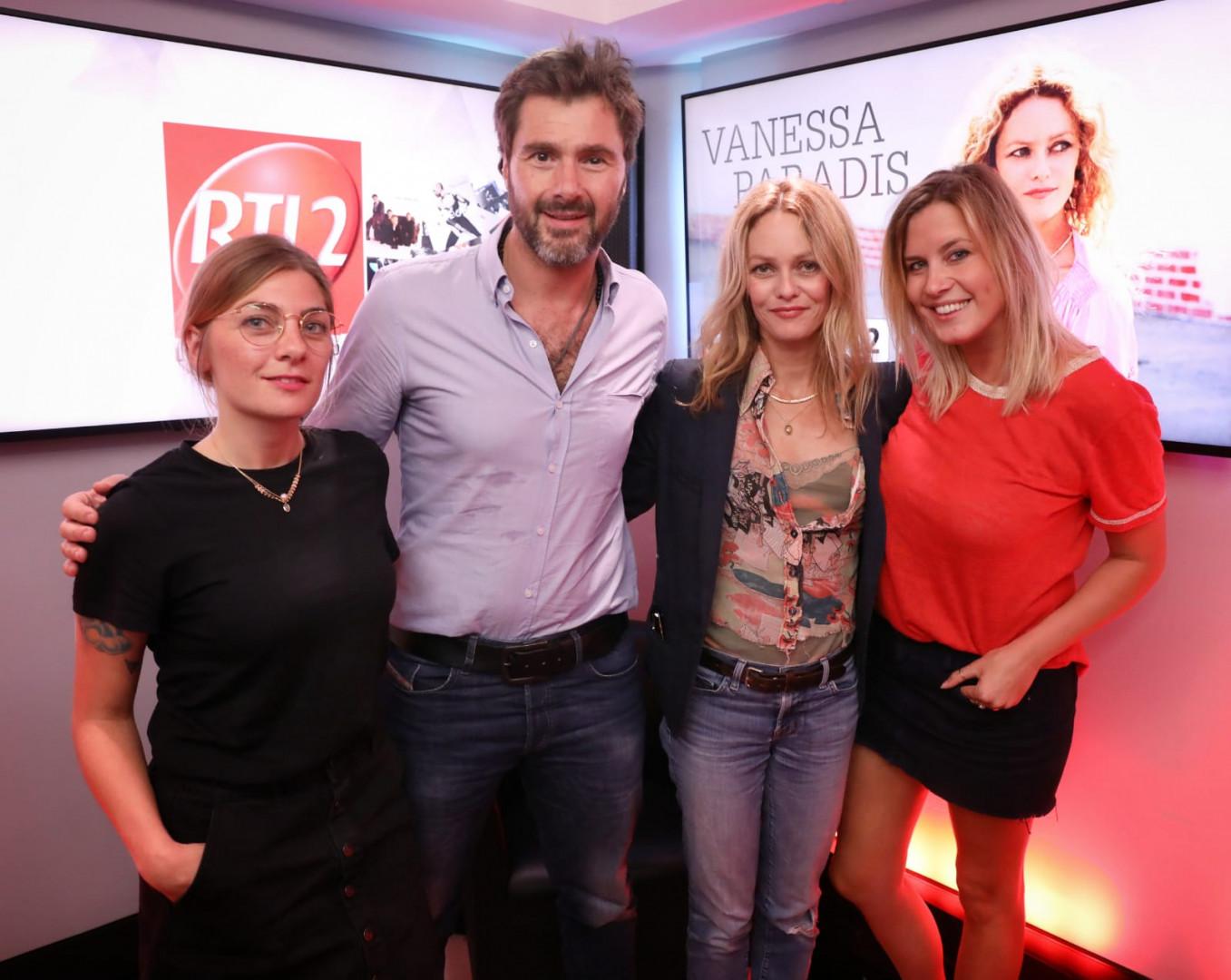 Vanessa Paradis en compagnie de Mathilde Courjeau et Eric Jean Jean du #DriveRTL2 et de Justine Salmon du Double Expresso RTL2