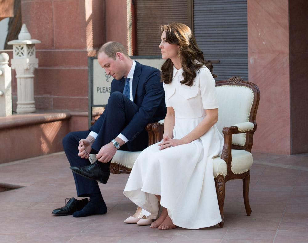 Le couple royal s'est plié à la tradition indienne en retirant leurs chaussures au musée dédié à Gandhi