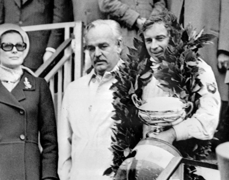 Jean-Pierre Beltoise à côté du couple princier Rainier et Grace, après sa victoire à Monaco en 1972.