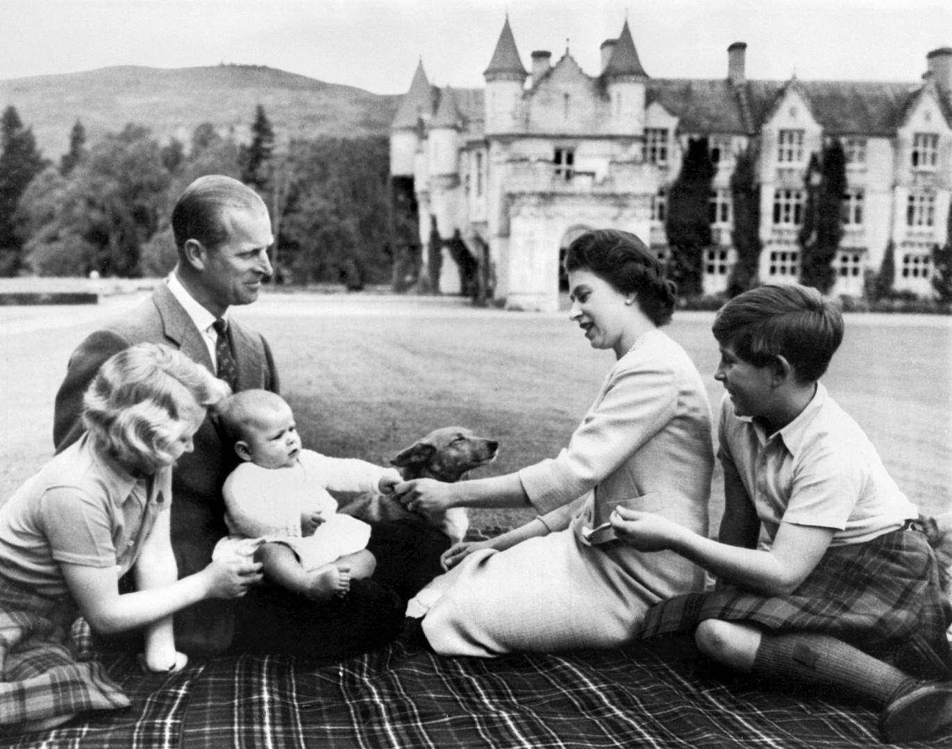 7. En 1960, la famille royale pose autour du prince Andrew