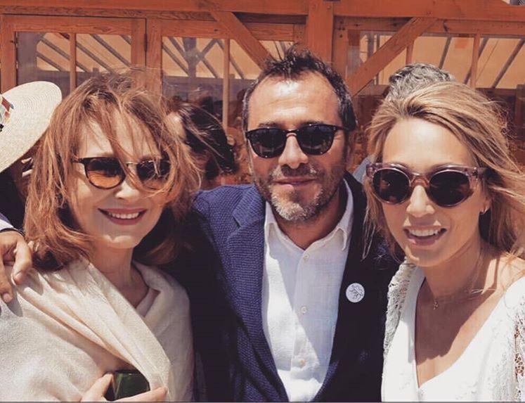Nathalie Baye et Laura Smet pour un selfie avec Bernard Montiel