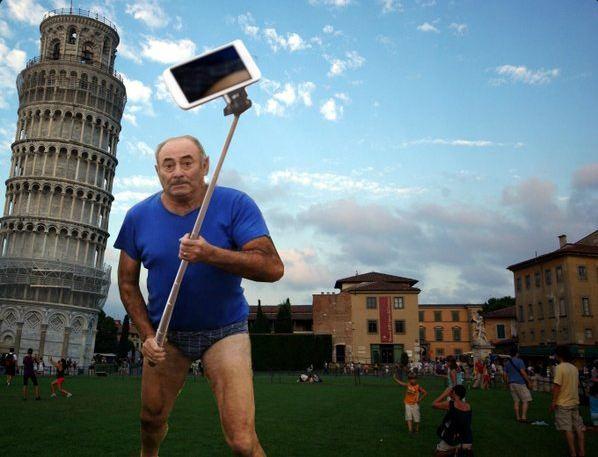 Selfie devant la tour de Pise en Italie