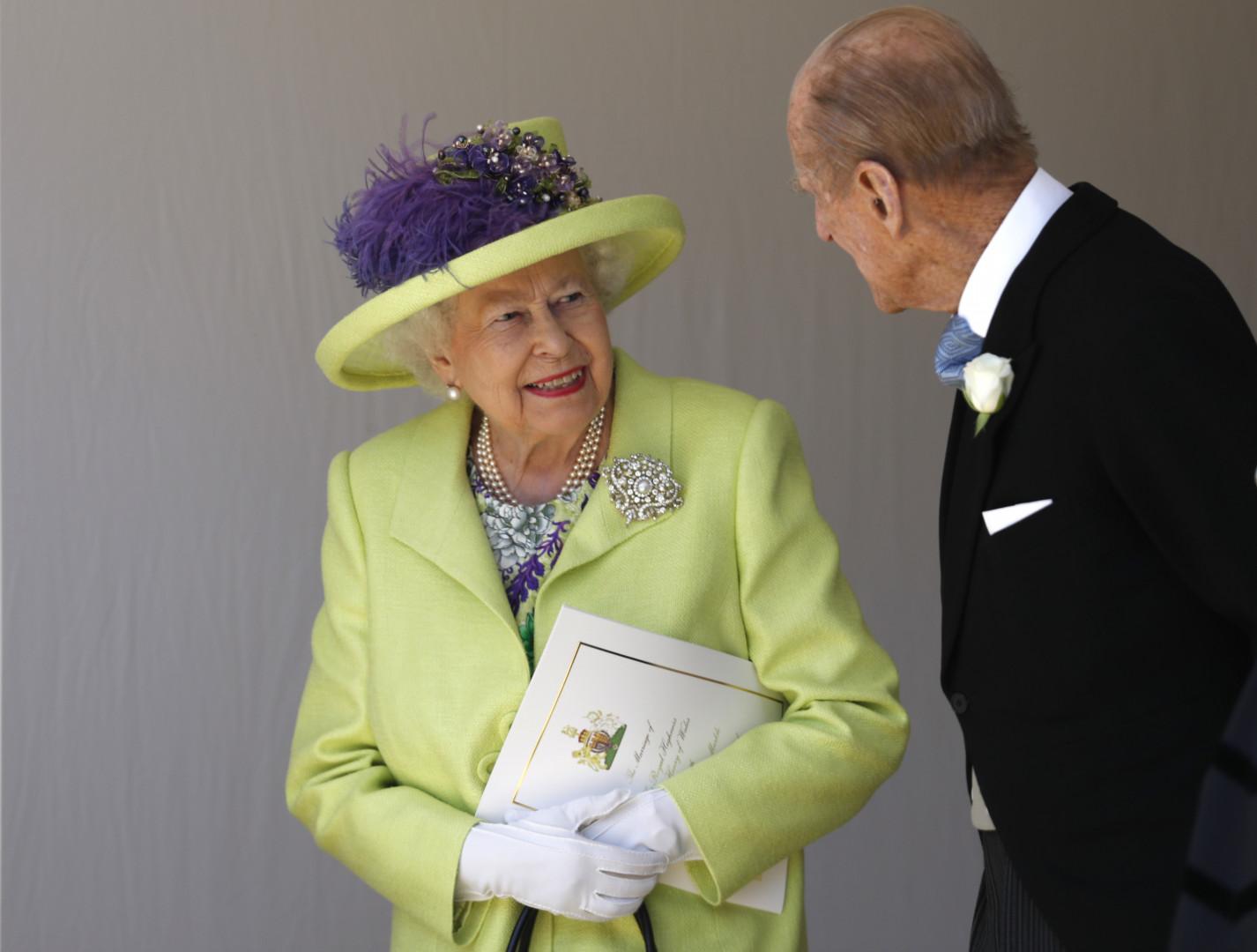 21. Pour le mariage d'Harry et Meghan, la reine Elizabeth II était vêtue d'un ensemble vert anis alors que le prince Philipp était en costume noir