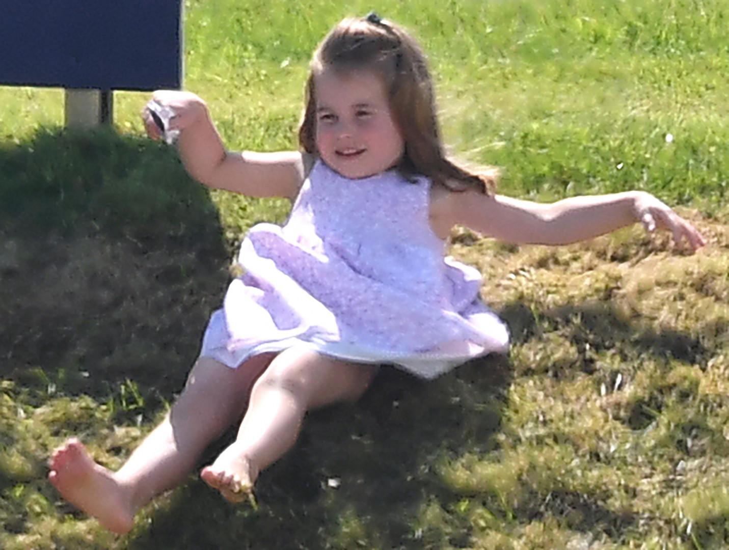 La princesse Charlotte s'en donne à cœur joie dans les glissades