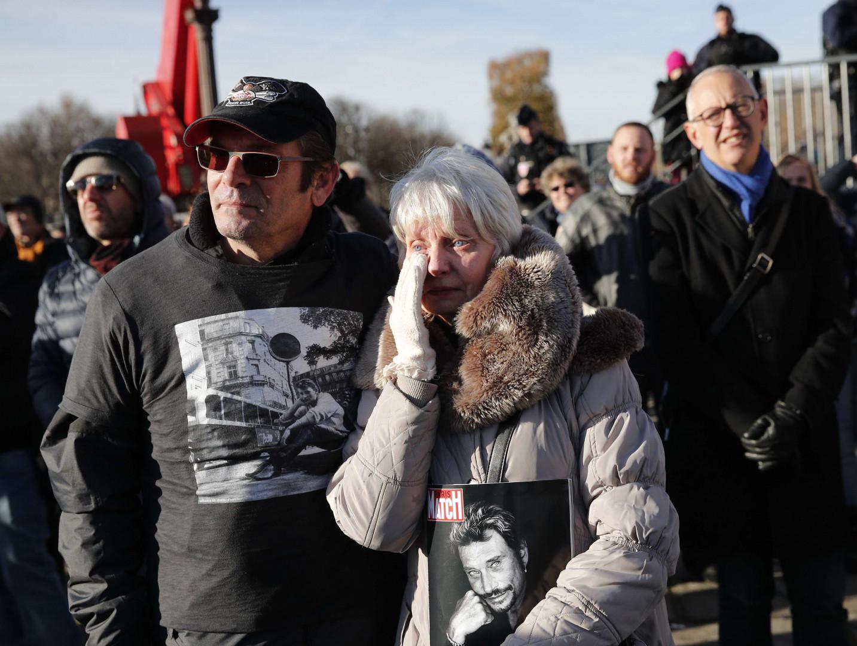 Beaucoup de fans n'ont pu retenir leurs larmes lors de l'hommage populaire à Johnny Hallyday.