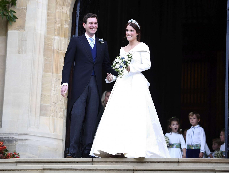 Le couple sort, marié, de la chapelle St George