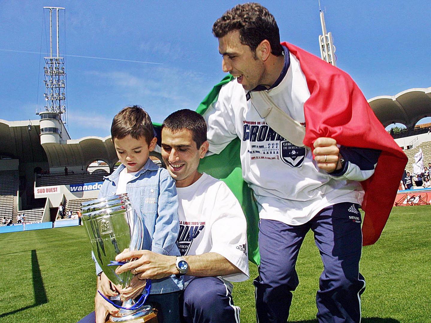 Autre buteur prestigieux passé par la Gironde : le Portugais Pauleta (avec son fils et Basto en avril 2002)