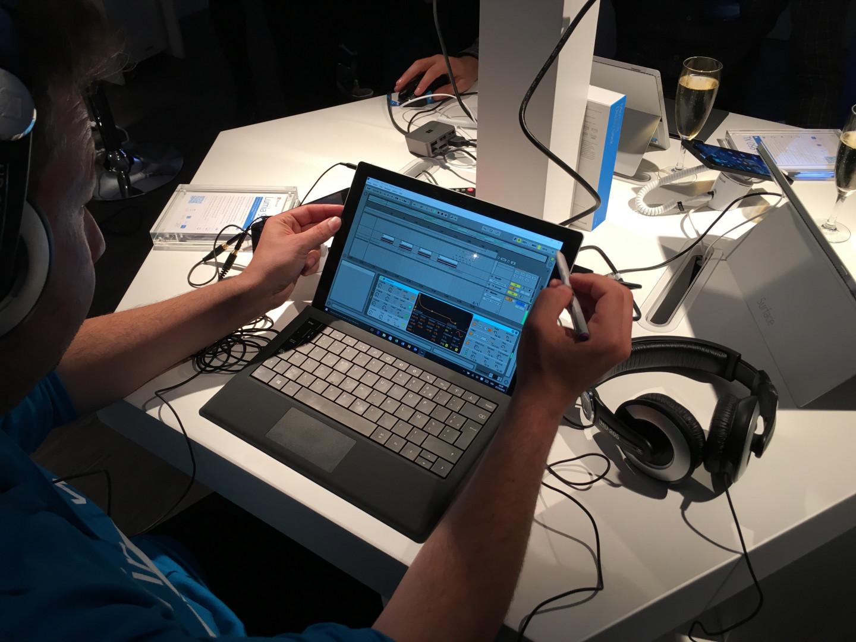 Un musicien utilise le logiciel de production Ableton Live sur une tablette Surface Pro 3
