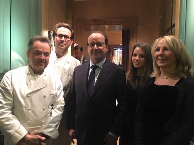 François Hollande et des employés du restaurant