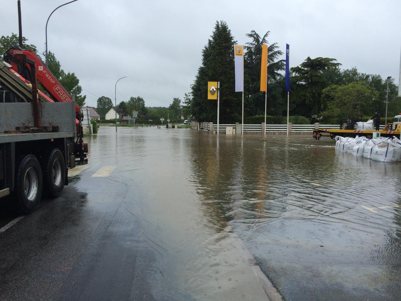 Une route imergée sous l'eau à Bracieux (Loi et Cher)