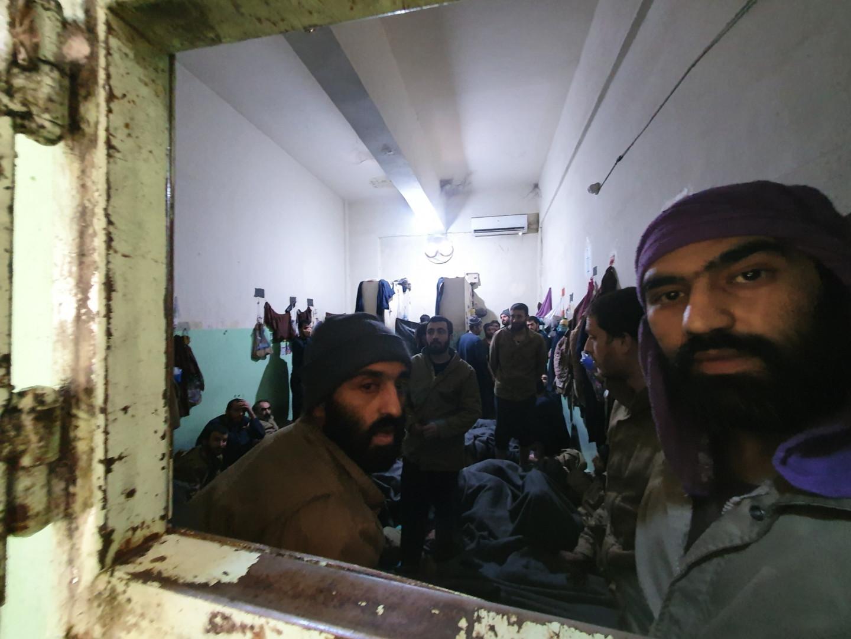 Cellule numéro 1. 44 détenus dans 12m2. Les prisonniers s'entassent, il n'y a qu'un seul sanitaire pour eux tous. Leurs affaires sont scotchées aux murs pour ne pas prendre de place au sol.
