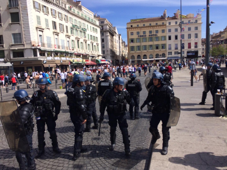 La police a dû intervenir sur le Vieux-Port de Marseille pour stopper les heurts entre supporters anglais et russes avant le match de l'Euro.