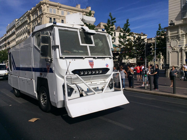 Les CRS arrivent sur le Vieux-Port avec les canons à eaux pour repousser les supporters violents.
