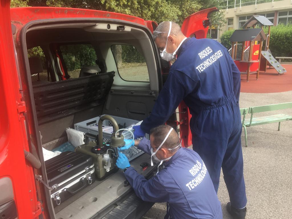 """Préparation du """"biocollecteur"""", qui permet d'aspirer 600 litres d'air en une minute."""
