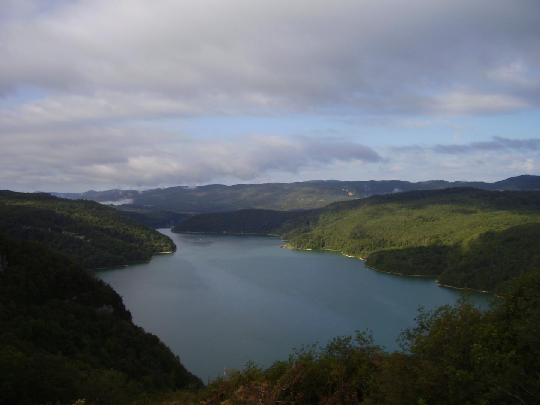 Le lac Vouglans est l'un des plus grands lacs artificiels de France