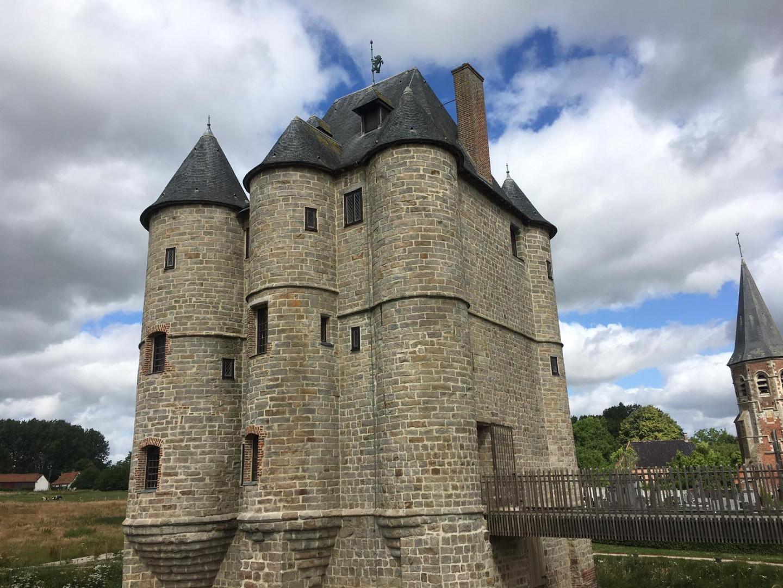 Le Donjon de Bours, tour de grès du XIVe siècle, trône au milieu du village. Étonnante «Maison forte» qui a résisté à plusieurs incendies.