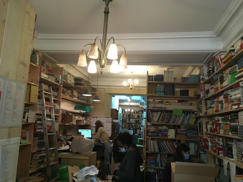 Dans la librairie, les employés s'activent pour répondre à la demande en forte hausse
