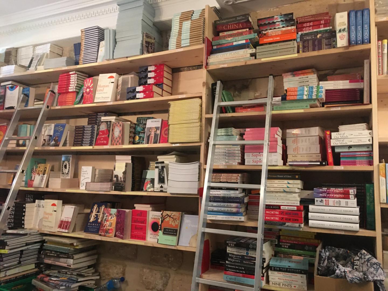 Des rangées de livre n'attendent que d'être livrées