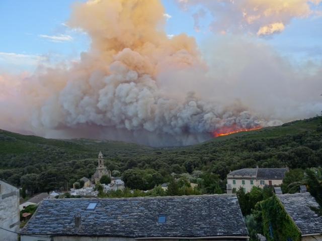 Les flammes ont atteint les crêtes du village après avoir traversé la vallée de Sisco
