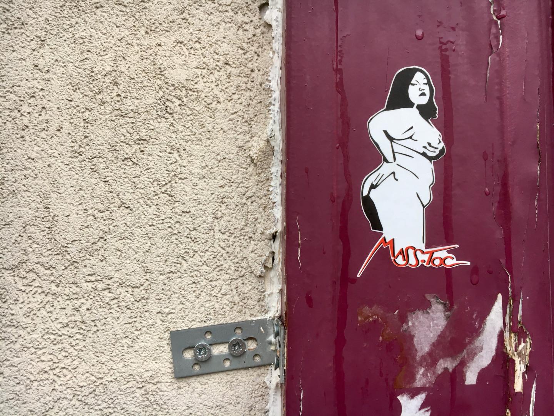 L'artiste Mass-Toc parodie les œuvres de Miss-Tic.