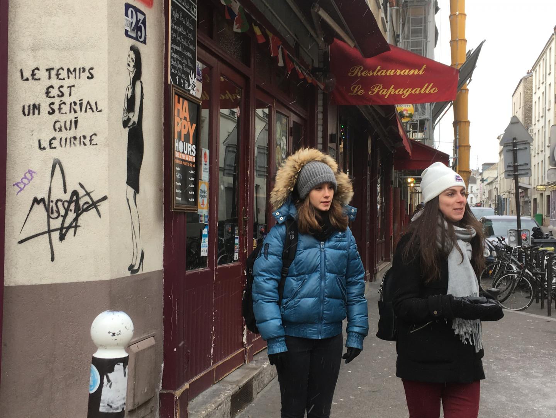 """""""Le temps est un serial qui leurre"""" : Cécile Fara et Julie Marangé présentent une oeuvre de Miss-Tic."""