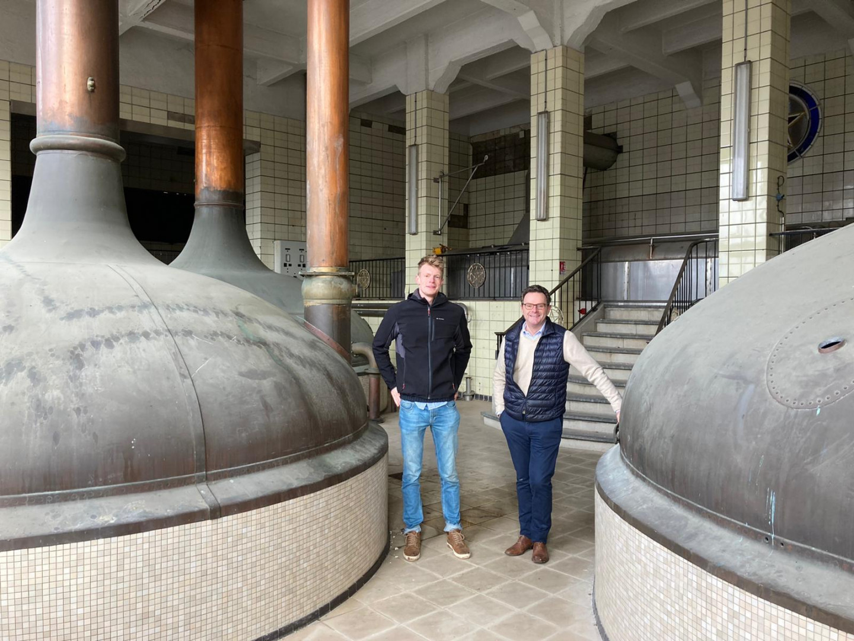 Gilles et Frédéric Motte devant les anciennes cuves de brassage.