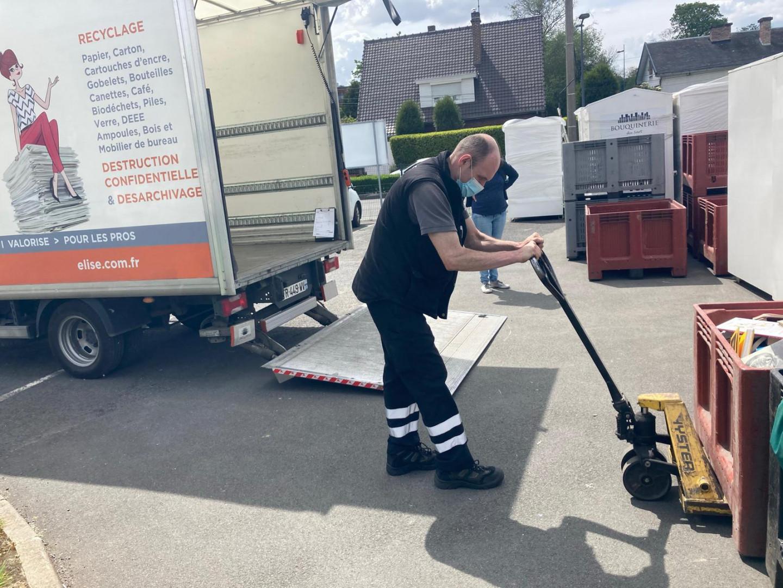 Maxime, chauffeur livreur récupère les déchets de bureau dans les entreprises de la métropole lilloise.