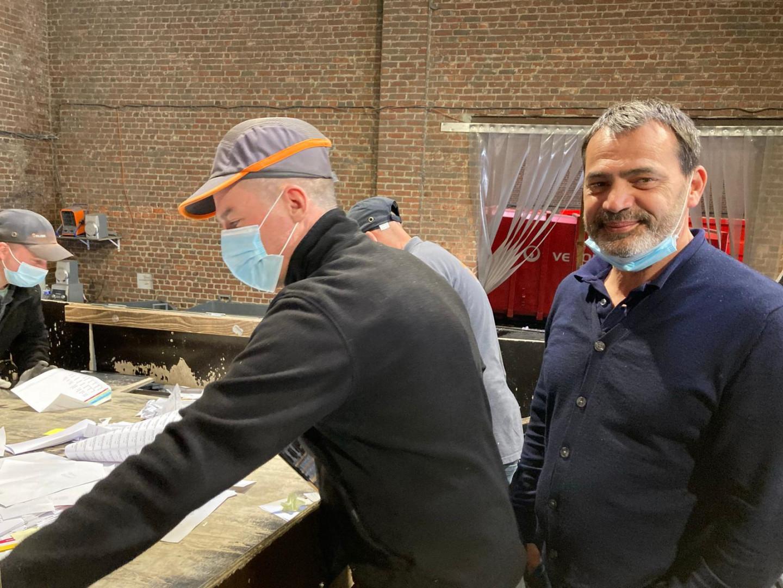 Alexis Pelluaut, président fondateur de l'entreprise avec un des salariés à Wambrechies.