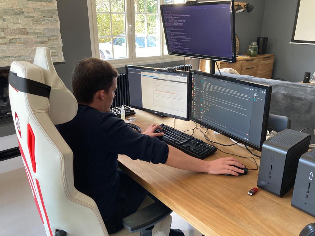 Brice Augras reste 15 à 16 heures par jour devant ses écrans
